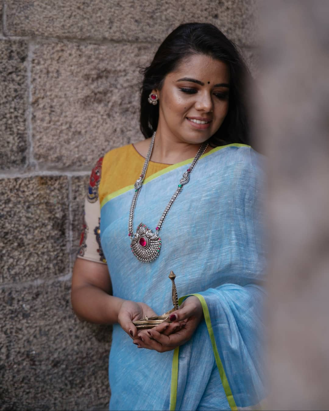 how-to-wear-silver-jewelleries-with-sarees (10)