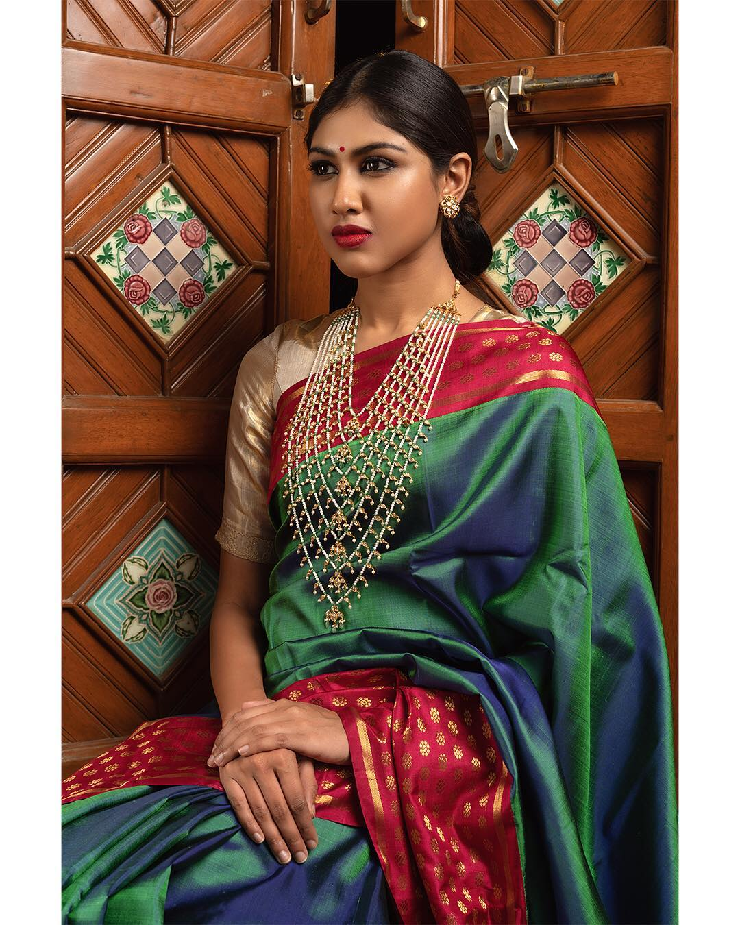 choker-necklace-with-sarees (9)